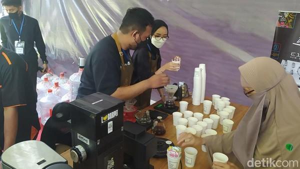 Potensi kopi Magelang sendiri begitu melimpah karena ada lima gunung dan banyak bukit. Hampir semua jenis kopi dari arabika, robusta, excelsa, semua ada di Magelang. Cita rasa kopi dari masing-masing bukit dan gunung itu berbeda-beda semua. (Eko Susanto/detikTravel)