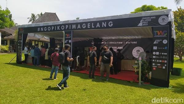 Beginilah suasana kemeriahan acara Magelang Coffee Fest 2021 yang digelar akhir pekan lalu. Lokasi festival itu berada di jalur keluar pengunjung di dekat Museum Samudra Raksa. Ada 1 juta kopi gratis yang dibagikan di festival ini. (Eko Susanto/detikTravel)