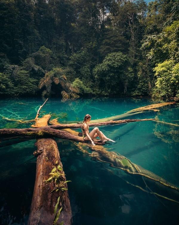 Kalau sudah ke Kalimantan, kurang lengkap rasanya kalau tidak berenang di Labuan Cermin. (Lexie Alford/Instagram)