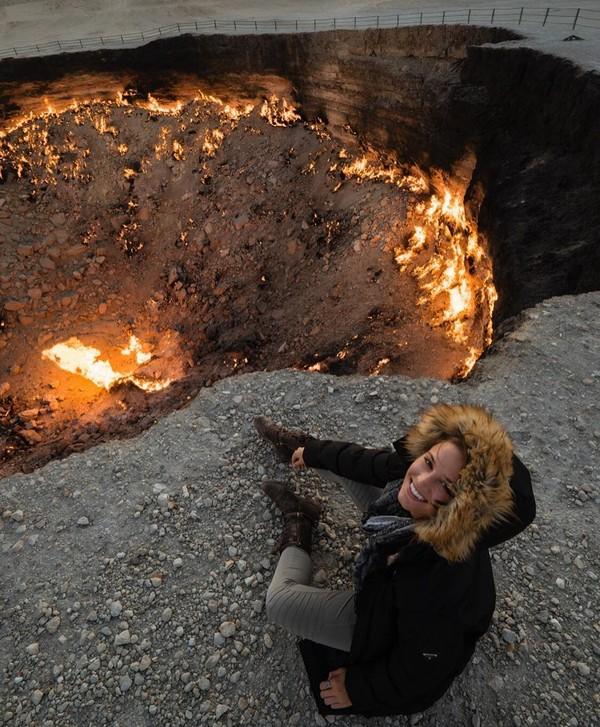 Ini wajah senang Lexie berfoto di Door to Hell di Turkmenistan. (Lexie Alford/Instagram)