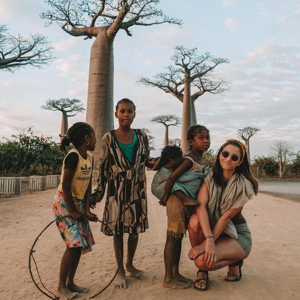 Lexie juga menginjakkan kaki di Afrika dan berfoto di pohon unik Baobabs. (Lexie Alford/Instagram)