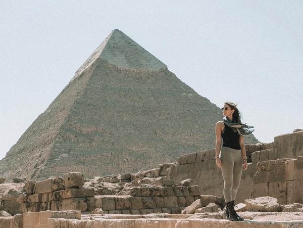 Kalau liburan ke Mesir tentu saja wajib berfoto di depan piramida, seperti Lexie ini. (Lexie Alford/Instagram)