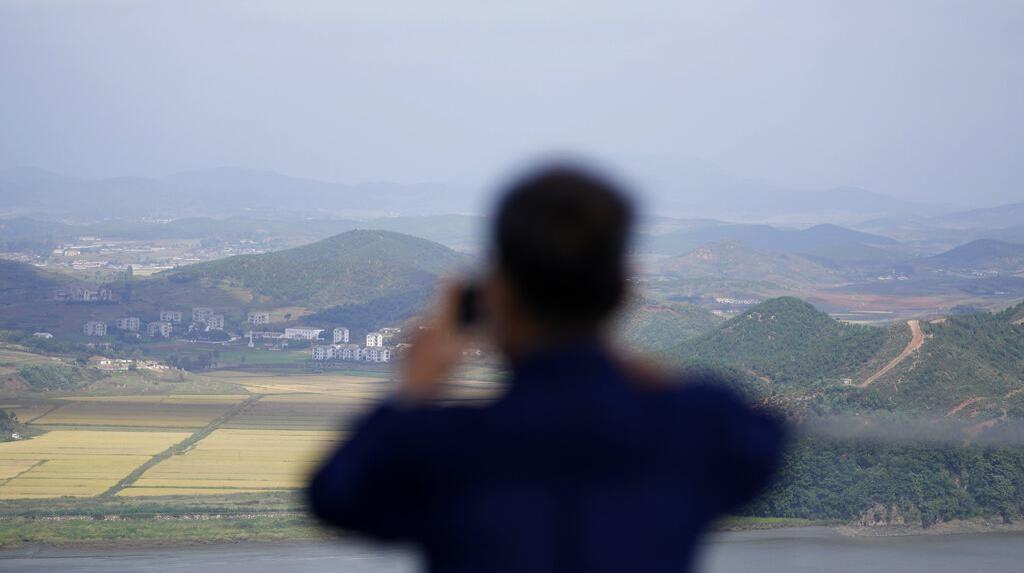 Meneropong Sisi Perbatasan Korea Selatan dan Utara
