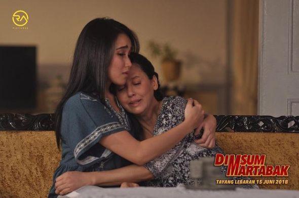 Meriam Bellina di film Dimsum Martabak bersama Ayu Ting Ting.