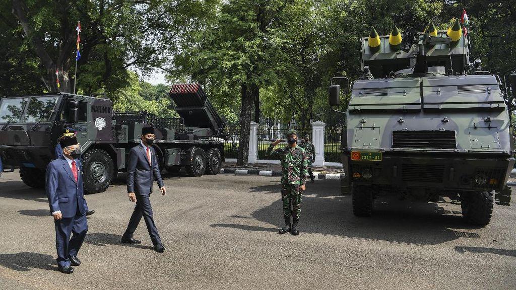 Momen Jokowi-Maruf Amin Tinjau Alutsista Saat HUT TNI