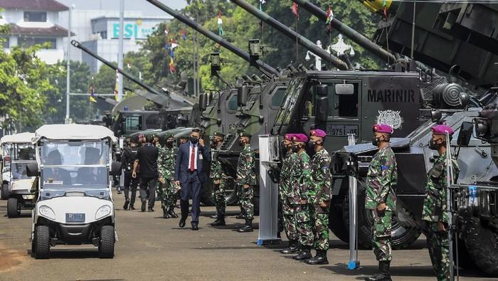 Presiden Joko Widodo (keempat kanan) bersama Wakil Presiden Maruf Amin (ketiga kanan) didampingi Panglima TNI Marsekal TNI Hadi Tjahjanto (kanan) dan Menteri Pertahanan Prabowo Subianto (kelima kanan) meninjau alutsista yang dipamerkan usai memimpin upacara peringatan HUT TNI ke-76 di depan Istana Merdeka, Jakarta, Selasa (5/10/2021). Perayaan HUT TNI ke-76 yang mengusung tema Bersatu, Berjuang Kita Pasti Menang itu diisi dengan pameran 112 alutsista di sekitar Istana Merdeka. ANTARA FOTO/Hafidz Mubarak A/foc.