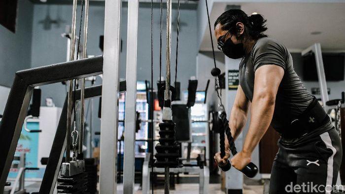 Pengunjung berolahraga di tempat pusat kebugaran My Gym di kawasan Matraman, Jakarta Timur, Selasa (5/10/2021). Pemerintah akhirnya memperbolehkan fitness center kembali beroperasi selama perpanjangan PPKM hingga 18 Oktober 2021.