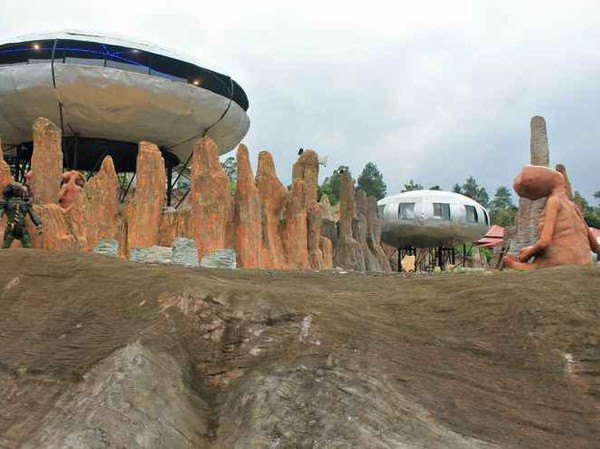 Penginapan bernuansa alien dan UFO bisa traveler temukan di UFO Park & Capsule. Harganya adalah Rp 38.414 dari Rp 175.470 di EPIC Hour(UFO Park & Capsule/Traveloka)