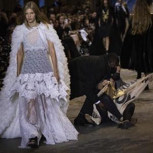 7 Momen Dramatis Catwalk Louis Vuitton Diwarnai Aksi Protes Aktivis Iklim