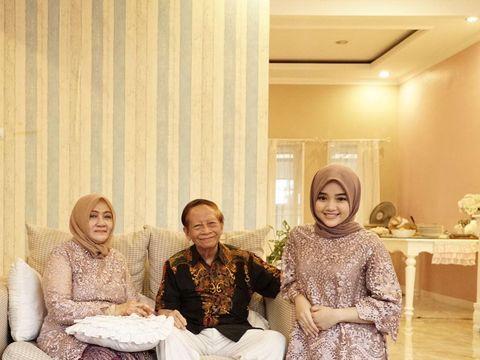 Foto Diandra bersama nenek dan kakeknya.