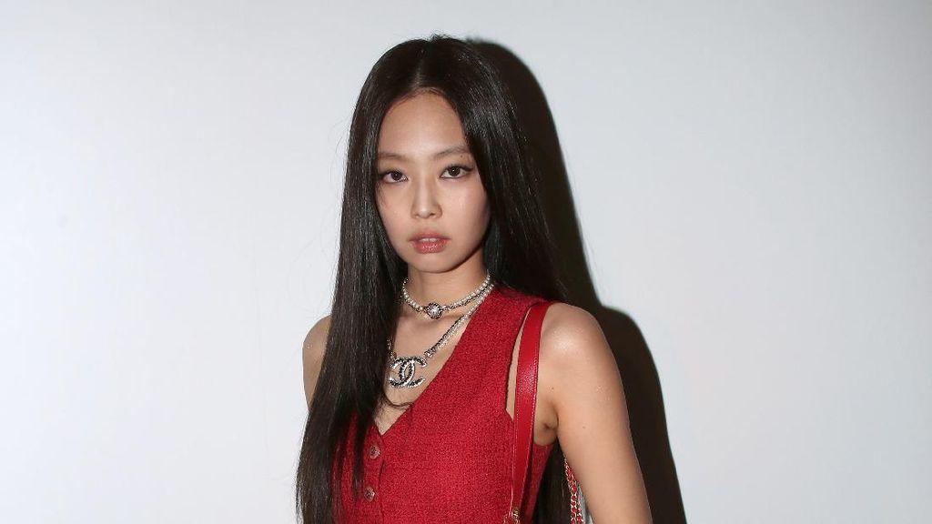 8 Pesona Jennie BLACKPINK Pakai Rok Mini di Paris Fashion Week 2021