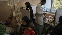Ancaman gizi buruk kian nyata di Afghanistan. Kondisi perekonomian yang belum stabil membuat orang tua di negara itu mati-matian penuhi kebutuhan anak mereka.