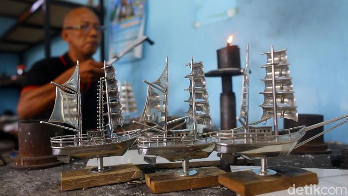 Sebagai penghasil timah di Indonesia, Provinsi Bangka Belitung menjadi tempatnya para perajin timah atau yang biasa disebut pewter.   Kerajinan ini pun kerap dijadikan souvenir dan pernah dibeli dengan harga yang sangat fantastis. Bisa sampai Rp 20 juta. Wow!