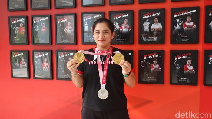 Atlet parabadminton peraih emas di ajang Paralimpiade Tokyo 2020, Leani Ratri Oktila, berkunjung di Kudus, Jawa Tengah, Rabu (6/10/2021)