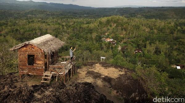 Warga mengunjungi destinasi wisata Gunung Ireng yang terletak di Patuk, Gunungkidul, Yogyakarta, Rabu (6/10/2021).