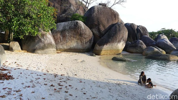 Pantai ini memiliki area seluas 80 hektar, berpasir putih, dan terdapat ratusan batu granit besar yang tersebar di kedua semenanjung dan juga di laut di depan pantai.