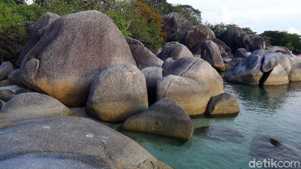 Ukuran granit mulai dari beberapa meter kubik hingga ratusan meter kubik lebih besar dari sebuah bangunan sebesar rumah, sehingga menjadi tempat wisata ungulan di Pulau Belitung.