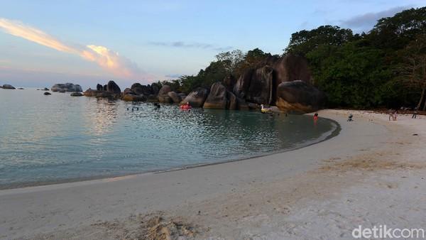 Dahulu tempat ini adalah pelabuhan nelayan bagi desa terdekat Keciput atau Tanjung Tinggi. Di pantai ini tidak perlu khawatir dengan serangan ikan hiu, karena tidak pernah terjadi di Belitung. Satu-satunya yang kadang-kadang harus diwaspadai adalah ubur-ubur, khususnya yang besar.