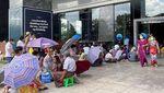 Nestapa Warga Myanmar Antre Mengular Berjam-jam di Depan ATM