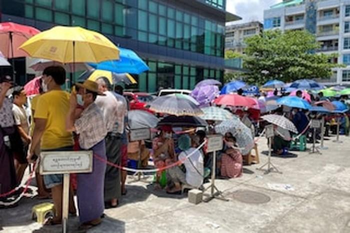 Penampakan Warga Myanmar Antre Berjam-jam di ATM