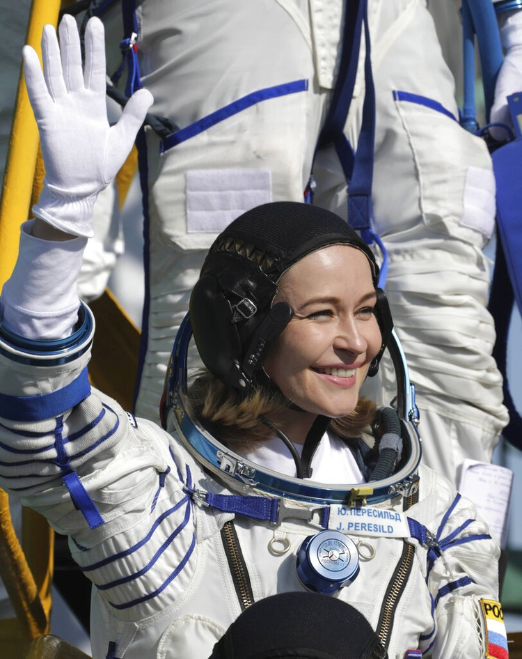 Rusia kembali menorehkan sejarah dengan kirimkan seorang aktris dan sutradara ke luar angkasa. Mereka diketahui akan membuat film pertama di orbit luar angkasa.