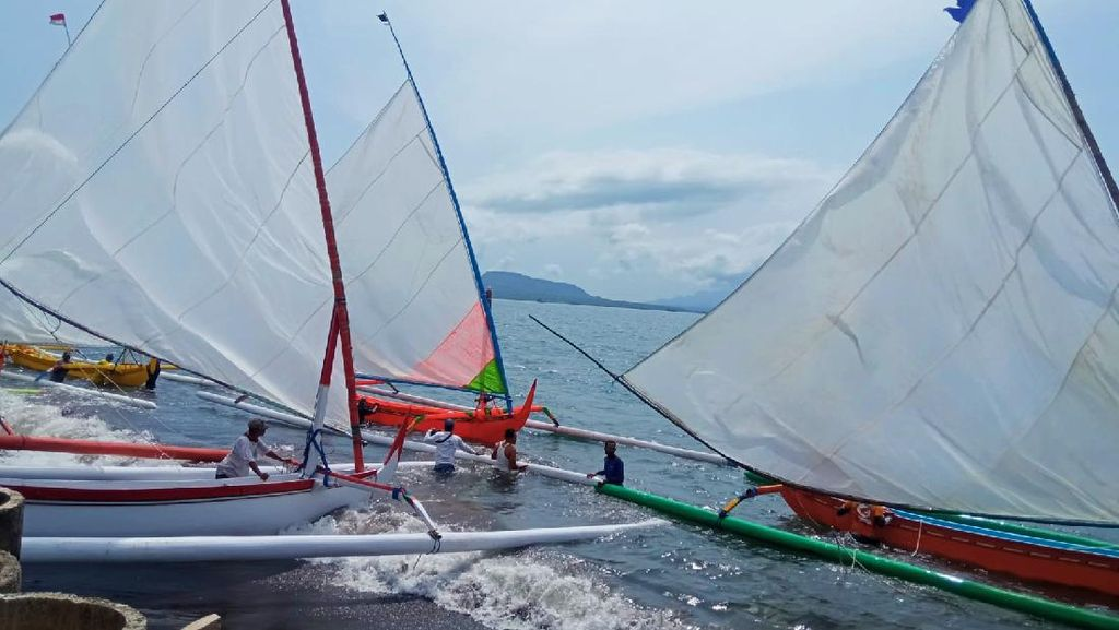 Tradisi Rebo Wekasan, Warga Gelar Lomba Perahu Layar dengan Membelah Selat Bali
