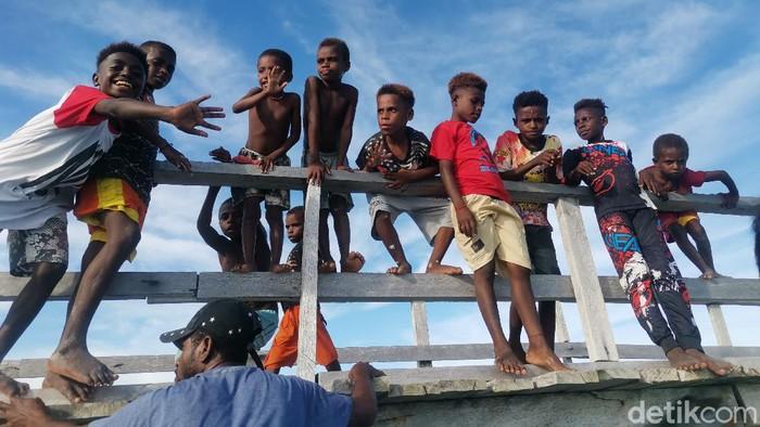 Warga di Iseren, Teluk Wondama, Papua Barat