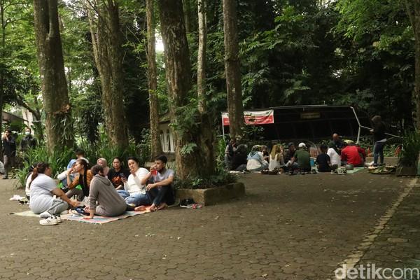 Kaii ini Objek Wisata Taman Ir H Djuanda (Tahura) Bandung ramai oleh wisatawan yang mengadakan botram. (Wisma Putera/detikcom)