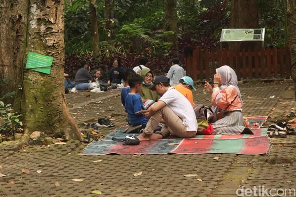 Makan bersama atau dalam Bahasa Sunda disebut botram sudah menjadi kebiasaan warga Bandung saat berkunjung ke objek wisata. (Wisma Putera/detikcom)