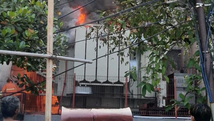 Gardu PLN di Kebon Jeruk Jakbar terbakar (Foto: Iqbal/detikcom)