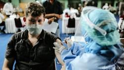 Pemprov DKI menggelar vaksinasi untuk pengungsi WNA dan pencari suaka di Jakarta.Vaksinasi berlangsung di GOR Bulungan, Jakarta, Kamis (7/10).