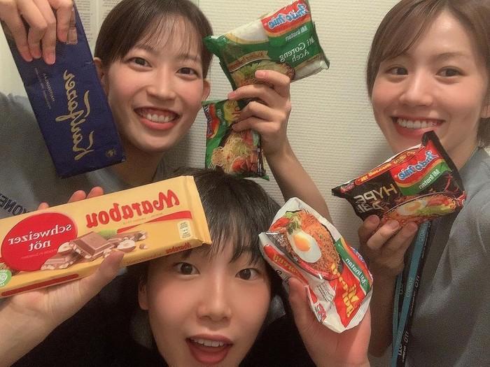 Greysia Polii Bagikan Indomie ke Atlet Bulu Tangkis Jepang