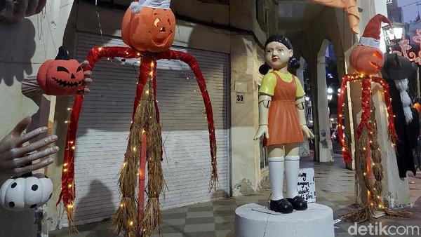 Kota Surabaya serasa ada permainan Squid Game. Bagaimana tidak, boneka yang ada di serial Squid Game episode pertama ini ada di kawasan pertokoan Jalan Tunjungan dekat Jalan Genteng.