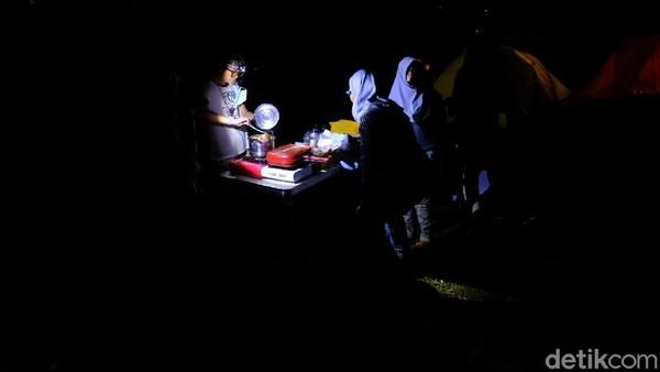 Apabila menggunakan motor dengan rute Cibubur - Cipanas Puncak - Sirnajaya. Dari Bogor, pengguna mobil bisa memilih rute Sentul atau Jonggol, sementara sepeda motor bisa melalui Cimahpar - Leuwi Hejo - Citeureup. Bisa juga lewat jalur Cibubur-Jonggol-Sukamakmur. (Andi Saputra/detikTravel)