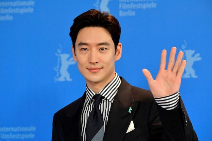 Lee Je Hoon saat menghadiri pemutaran film Time to Hunt di Berlinale Film Festival ke-70 di Berlin.