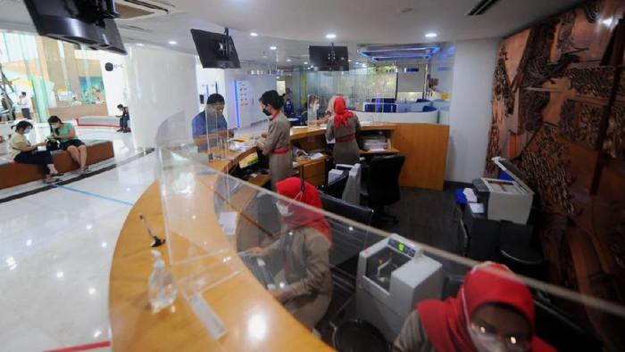 Nasabah PT Bank Tabungan Negara (Persero) Tbk. sedang bertransaksi di salah satu kantor cabang di Jakarta, Kamis (7/10). Sesuai aturan pemerintah terkait pelonggaran Pemberlakuan Pembatasan Kegiatan Masyarakat (PPKM), Bank BTN mengubah jam layanan di jaringan kantor perseroan menjadi pukul 08.00-15.00 WIB. Perubahan tersebut berlaku mulai 6 Oktober 2021 dengan tetap mengutamakan protokol kesehatan. Selain layanan di jaringan kantor, Bank BTN juga menawarkan berbagai kemudahan transaksi bagi nasabahnya melalui elektronik channel seperti mobile banking, internet banking, portal btnproperti.co.id, hingga rumahmurahbtn.co.id.