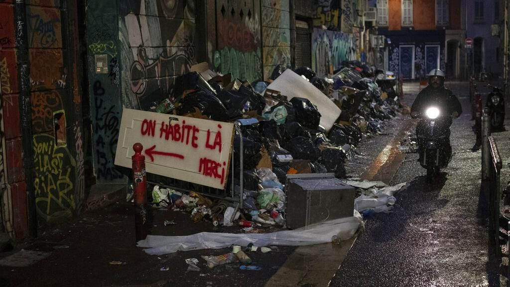 Potret Jalanan Prancis Dipenuhi Sampah, Ada Apa?