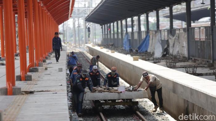 Progres revitalisasi Stasiun Bekasi ditargetkan selesai akhir tahun 2021. Proses pekerjaan pun terus dikebut. Begini foto-foto terkininya!