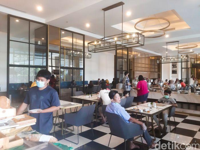 Sarapan di Sofa Resto BigLand Hotel Bogor. Ada sekitar 30 pilihan hidangan dengan konsep buffet. Terdiri dari 3 tipe menu, sarapan khas Indonesia, continental, dan American breakfast. Ada juga pondokan yang tematik mengangkat kuliner khas Bogor.