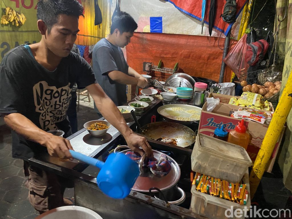 Wajib Coba! Indomie Goreng Nyemek Paling Laris di Bogor Buatan Warkop Tampomas