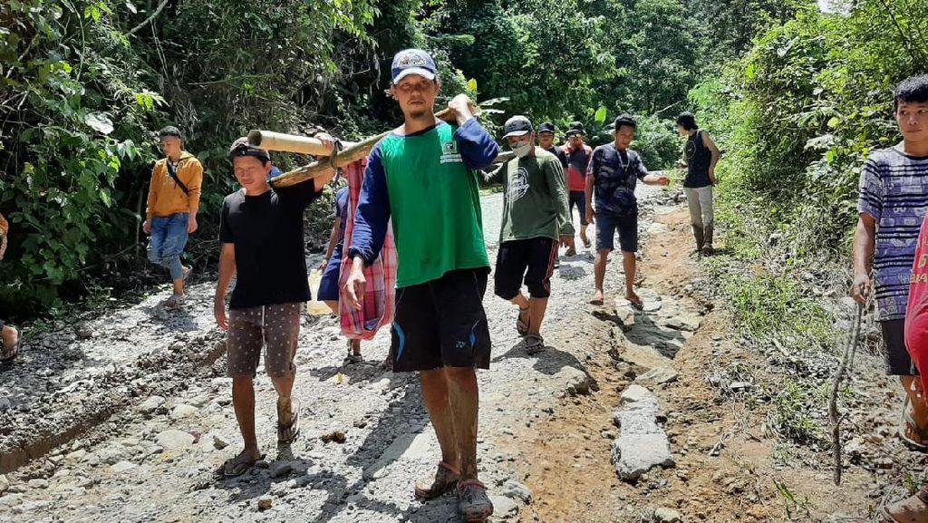 Akses Jalan di Majene Terputus, Warga Sakit Terpaksa Ditandu Sejauh 5 Km