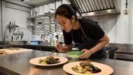 10 Pesona Chef Renatta Saat Asyik Memasak di Dapur