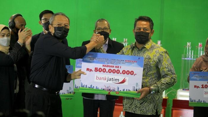 Asosiasi bank daerah menggelar program undian nasional tabungan simpeda di beberapa perbankan derah. Siapa pemenanganya?  Ketua Komite Pelaksanaan Undian (KPU) Simpeda yang juga Direktur Eksekutif Asbanda Wimran Ismaun, menyerahkan secara simbolis Pemenang Hadiah Utama Panen Rejeki Bank BPD di Jakarta, Kamis (7/10/2021). Pemenang sebesar Rp 500 juta yang dimenangkan oleh Nasabah Bank Jatim, kemudian pemenang hadiah kedua sebanyak 4 pemenang masing-masing Rp 100 juta dimenangkan oleh nasabah Bank Jateng, Nasabah Bank BPD DIY, Nasabah Bank Lampung, Nasabah Bank Kalsel yang dilaksanakan secara daring di Kantor Asbanda