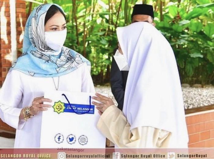 Koleksi hijab Fazura yang dipakai oleh Tengku Permaisuri Norashikin Abdul Rahman, Permaisuri Malaysia.