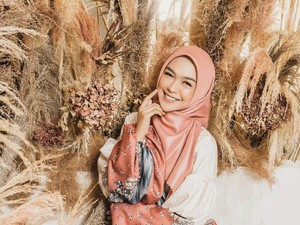 Gaya Hijab Ria Ricis Saat Foto Bareng Oki Setiana Dewi Tuai Kritik Netizen