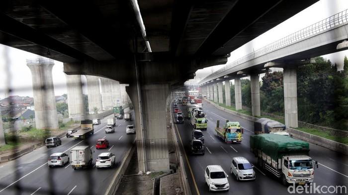 Lalu lintas di Jalan Tol Jakarta-Cikampek (Japek) ramai meski masih pandemi. PT Jasa Marga (Persero) Tbk bahkan mencatat volume lalu lintas di tol itu meningkat