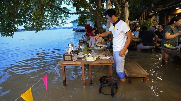 Kondisi tak biasa itu pun dimanfaatkan sang pemilik restoran untuk mempromosikan tempat makannya. Melansir AP, sang pemilik restoran kini merebranding restorannya dengan mempromosikan hot-pot surfing untuk para pengunjung.
