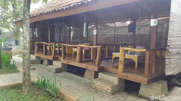 Juga ada pendopo yang bisa digunakan pengunjung bila ingin makan lesehan.