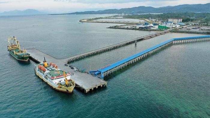 Foto udara aktivitas bongkar muat di PT Pelabuhan Indonesia (Pelindo) IV Bungkutoko Kendari, Kendari, Sulawesi Tenggara, Rabu (6/10/2021). Pelabuhan Bungkutoko merupakan pelabuhan pengumpul yang memiliki kapasitas kapal kargo sebesar 6.000 DWT dan dapat menampung kapal penumpang dengan ukuran 6.022 GT (Pelni) dengan kedalaman Faceline dermaga seluas 8 M LWS. ANTARA FOTO/Jojon/rwa.