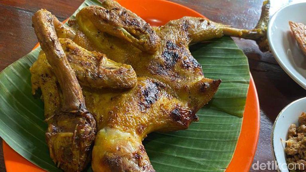 Raos Pisan! Ayam Bakar dan Sambal Dadak Ibu Ubed yang Bikin Selebriti Ketagihan